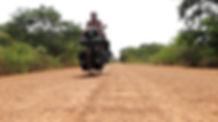 El fotógrafo humanitario internacional Joseba Etxebarria en ruta por  el interior de Gambia durante su vuelta al mundo en bicicleta a favor de los Derechos Humanos.