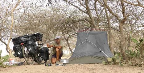 El fotógrafo activista por los Derechos Humanos acampado en el Sahel durante la vuelta al mundo en bicicleta.