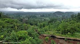 En ruta por el norte de Ratanak Kiri con el Parque Nacional de Virachey al fondo. Vuelta al mundo en bicicleta del fotógrafo humanitario Joseba Etxebarria.