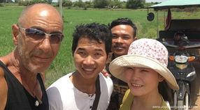 El fotógrafo activista por los Derechos Humanos Joseba Etxebarria en Battambang durante la vuelta al mundo en bicicleta. Cicloturismo.
