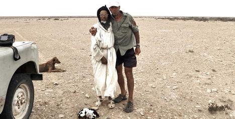 El fotógrafo activista por los Derechos Humanos junto a Hussein en Sahara en la ruta de la vuelta al mundo en bicicleta.