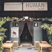 Human gallery, en Camboya, es fundada por el fotógrafo humanitario internacional Joseba Etxebarria. Vuelta al mundo en bicicleta.