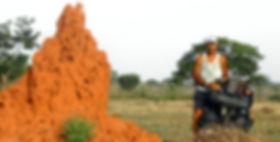 El fotógrafo humanitario Joseba Etxebarria en ruta por Senegal durante la vuelta al mundo en bicicleta.