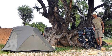 El fotógrafo activista por los Derechos Humanos acampado en Marruecos durante la vuelta al mundo en bicicleta.