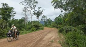 Joseba Etxebarria en ruta por el norte de Camboya en su vuelta al mundo en bicicleta.