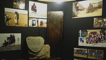 Espacio informativo en Human Gallery. Entre las dos primeras habitaciones, un pequeño espacio muestra varias fotografías y textos explicativos sobre la vuelta al mundo en bicicleta del fotógrafo humanitario Joseba Etxebarria.