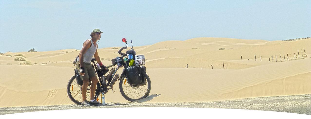 El fotógrafo humanitario y activista por los Derechos Humanos Joseba Etxebarria, en ruta por el desierto de Altar en Sonora, México, durante su vuelta al mundo en bicicleta.