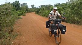 Joseba Etxebarria en ruta por el Parque Natural Kulem Prum Tep durante su vuelta al mundo en bicicleta.