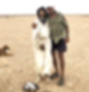 El fotógrafo humanitario Joseba Etxebarria con Hussein en Sahara Occidental durante su vuelta al mundo en bicicleta.