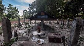 El fotógrafo humanitario Joseba Etxebarria, durante su vuelta al mundo en bicicleta, visita en Camboya la tumba y lugar de incineración de Pol Pot, genocida líder de los jemeres rojos.