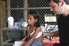 El fotógrafo humanitario internacional Joseba Etxebarria pone en marcha el proyecto de educación infantil 'Alas para el futuro', con el que apoya a varios niños de los pueblos de Battambang en Camboya. El fotógrafo destina el 20% del importe de venta de sus fotografías al proyecto. Vuelta al mundo en bicicleta.