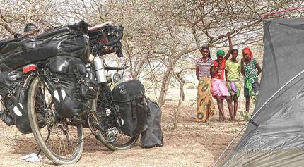 El fotógrafo activista por los Derechos Humanos acampado en Senegal durante la vuelta al mundo en bicicleta.