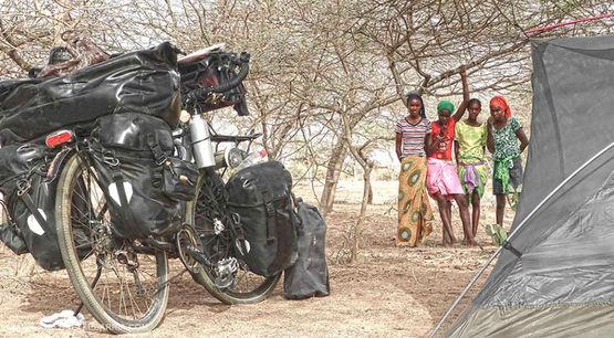 En el año 2010 iniciola vuelta al mundo en bicicleta a favor de los Derechos Humanos para convivir con esas personasa las que el mundo ha dado la espalda y, bajo el más absoluto respeto, documentarlo conmi cámara.