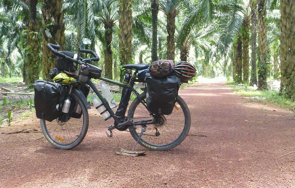 Después de más de cuatro años de vuelta al mundo en bicicleta por los Derechos Humanos, reiniciamos la aventura sobre una nueva compañera, Khmaw.