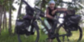 El fotógrafo activista por los Derechos Humanos en la ruta por el norte de Camboya durante la vuelta al mundo en bicicleta.