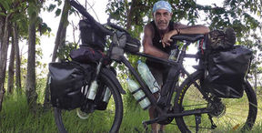 El fotógrafo humanitario Joseba Etxebarria en ruta por la provincia de Kratié, norte de Camboya, durante la vuelta al mundo en bicicleta.