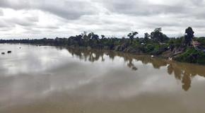 En ruta por el río Tonlé San en la vuelta al mundo en bicicleta del fotógrafo humanitario Joseba Etxebarria.