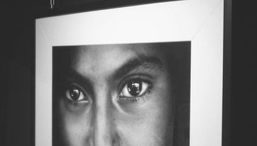 Las fotografías de Human Gallery. El fotógrafo humanitario Joseba Etxebarria decide que todas las fotografías de gran tamaño debían colgar de cadenas que simbolicen la esclavitud moderna a la que están sometidos millones de seres humanos en el mundo.