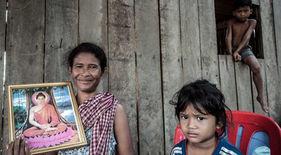 Durante su vuelta al mundo en bicicleta, el fotógrafo humanitario Joseba Etxebarria conoce en el norte de Camboya a Son Srun y sus nietos.