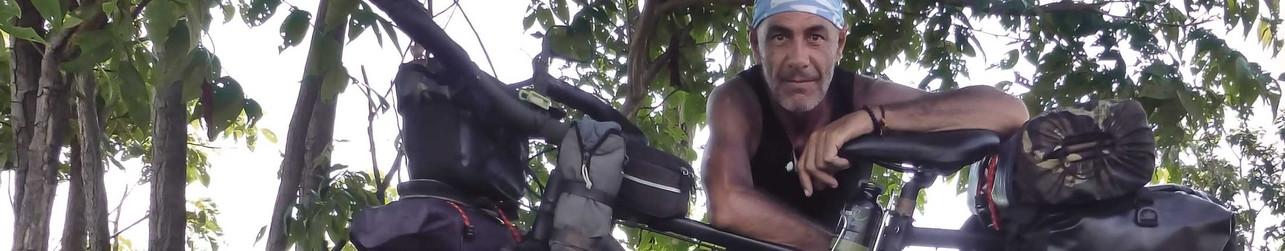 Joseba Etxebarria en ruta por el norte de Camboya en la vuelta al mundo en bicicleta.