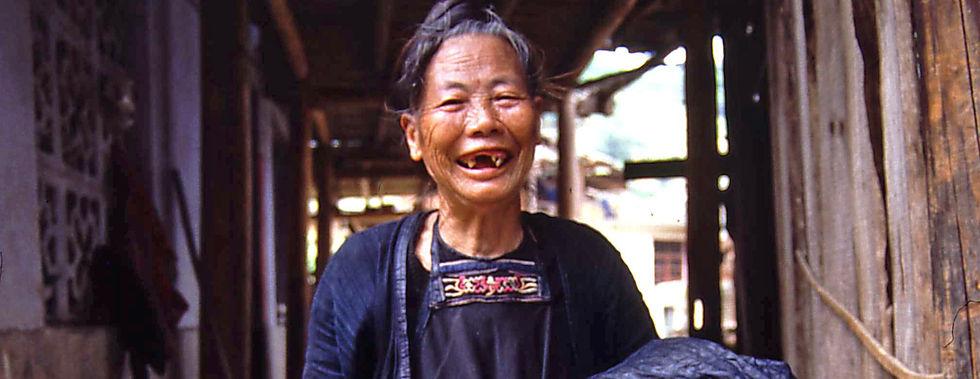 Dong-Bäuerin mit selbst gemachten Kleidern