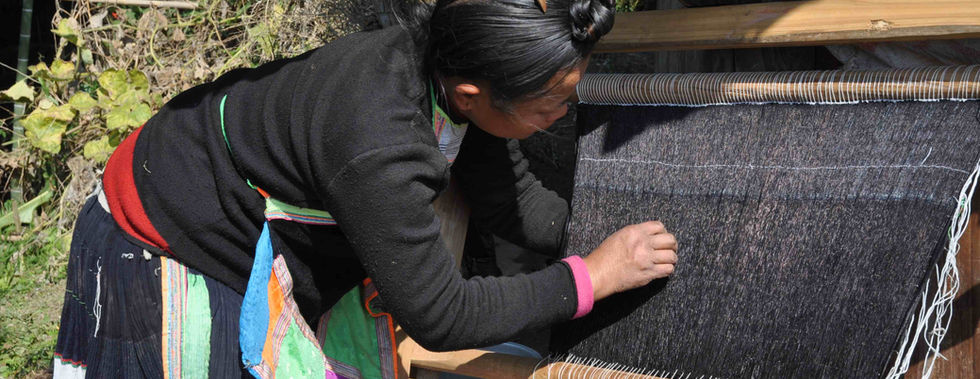 Miao-Frau schafft Falten am Webrahmen