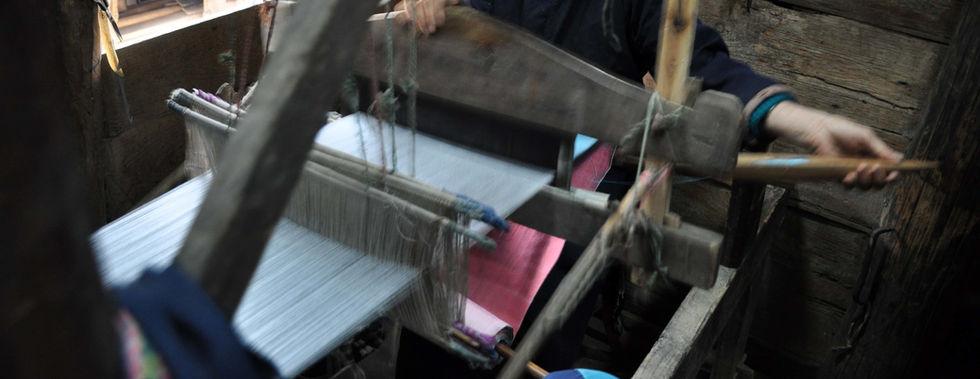 Miao-Weberin verwebt Baumwolle