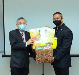 Prof Ewe (left) and Prof Shangkar exchanging souvenirs