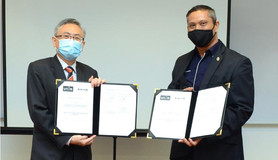 From left: Prof Ewe and Prof Shangkar exchanging the MoA documents