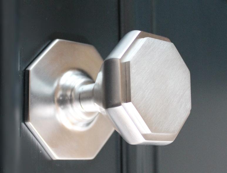 Octagonal centre knob
