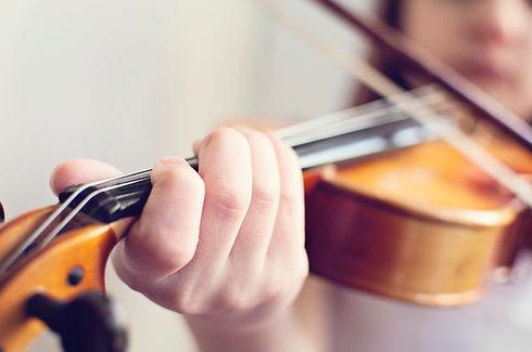 Mädchen spielen Geige