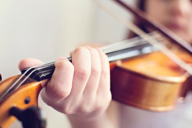 girl playing violin