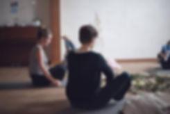 seance-yoga-salle-gite-la-hulotte-min-60