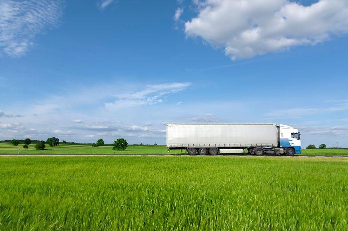 transportation-truck-on-the-road-D5CFQQW