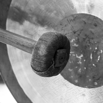De gong, een golf van energiek geluid.