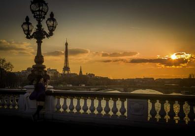 La fille sur le pont Alexandre III - Paris