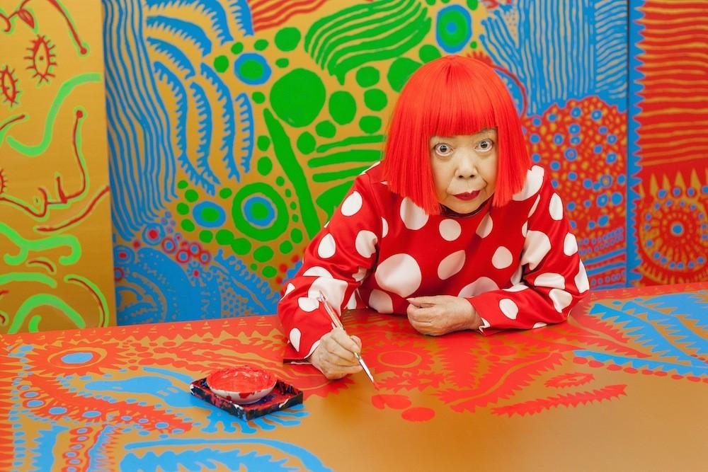 Yayoi Kusama pintando puntos