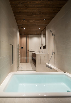 浴室から洗面を眺める