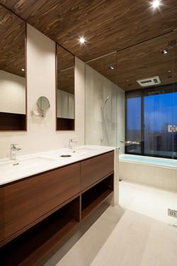 洗面から浴室を眺める