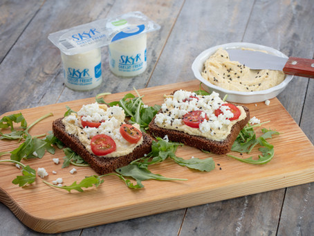 Bruschetta com húmus, queijo fresco skyr Santiago e tomate cherry