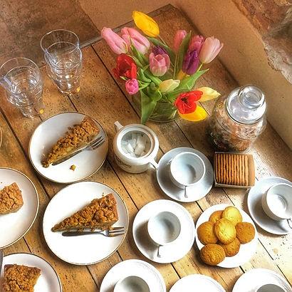 Huisgebakken taart en koekjes tijdens je vergaderbreak