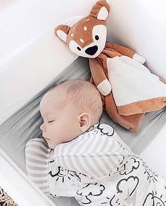 малыш спит на шелковой пеленке