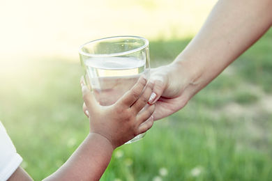 46792995_l Frau Kind Wasserglas.jpg