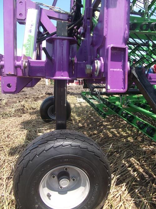 8) Опорные колеса имеют регулирование по высоте агрегата относительно обрабатываемой поверхности.