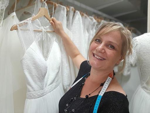 Delphine Pinel, créatrice lyonnaise de robes de mariées personnalisées sur mesure éco-responsables en coton bio et dentelles à Ste Catherine entre St-Etienne, Loire, 42 et Lyon, Rhône, 69