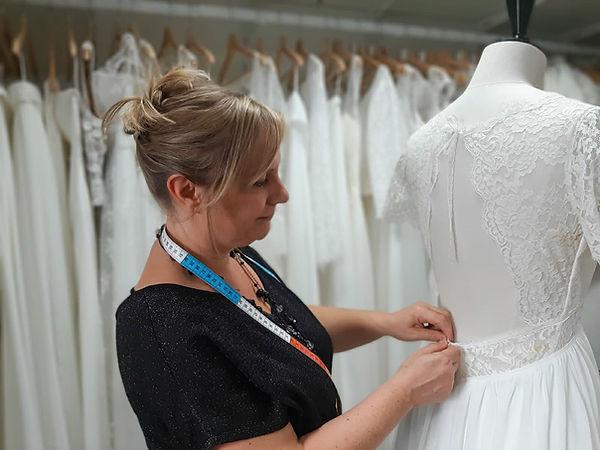 Delphine Pinel, créatrice de robes de mariées sur mesure et demi-mesure personnalisées, dans son atelier à Ste Catherine entre St-Etienne, dans la Loire, 42 et Lyon, dans le Rhône, 69