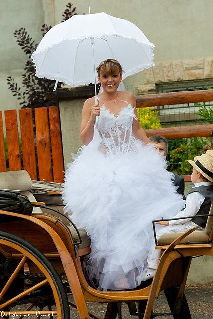 Mariée en robe de mariage volumineuse princesse en tulle et bustier transparent en tulle pailleté et dentelle créateur de la créatrice Delphine Pinel à Ste Catherine entre Lyon et St-Etienne.