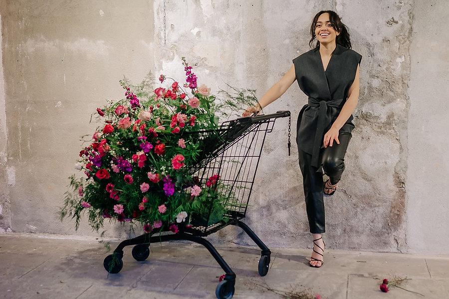 Chariot de fleurs créé par le fleuriste lyonnais Kontraast. Décoration pour mariage écoresponsable.