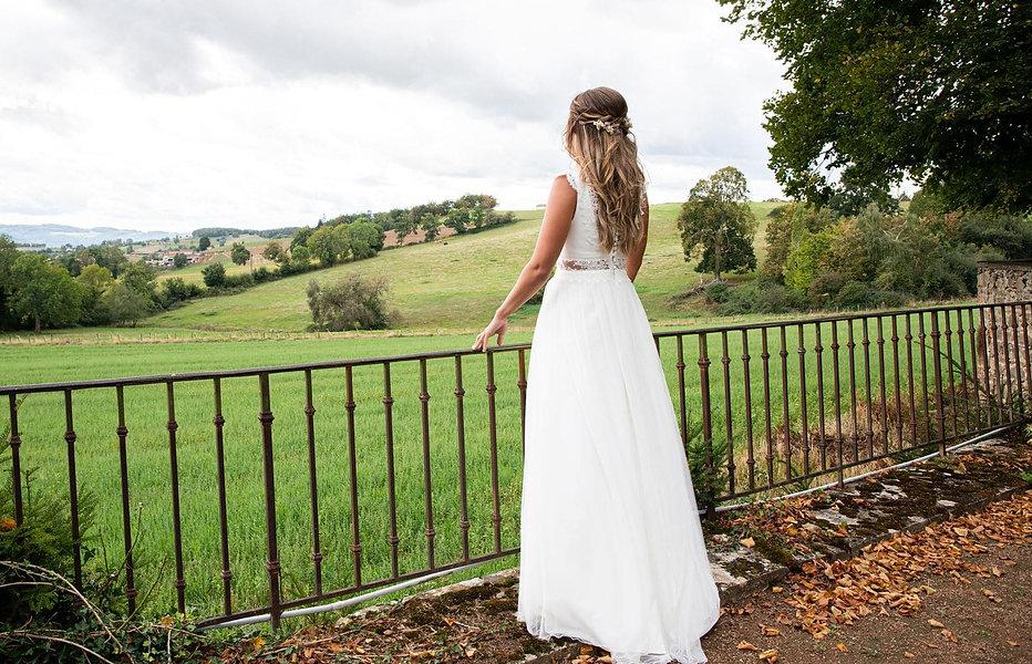 Mariée champêtre en robe de mariée bohème fluide en tulle doux et dentelle de Calais de la créatrice de robes de mariées écoresponsables Delphine Pinel dans les Monts du lyonnais entre St-Etienne et Lyon.