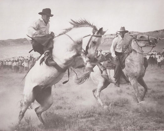 McMillin-Cecil-riding-bronc-in-Meeteetse